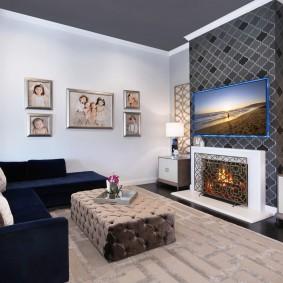 Серый потолок в гостиной с электрокамином