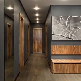 Деревянная фактура в интерьере коридора
