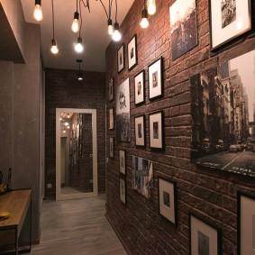 Фото в рамках на кирпичной стене коридора