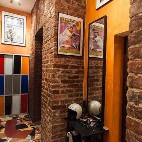 Небольшой постер на стене коридора в стиле лофта