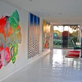 Абстрактная роспись стен в коридоре частного дома