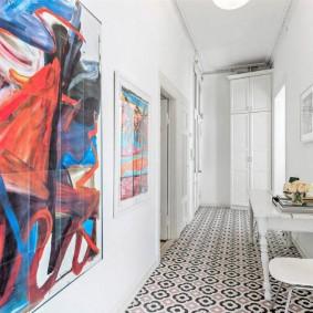 Белый коридор с яркими картинами