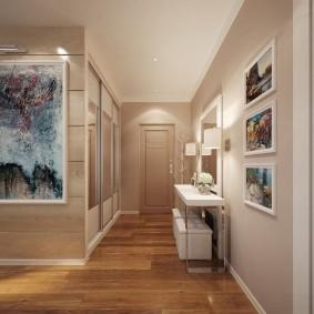 Светлый потолок коридора в неоклассическом стиле