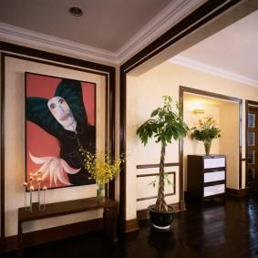 темно-коричневый пол в холле частного дома
