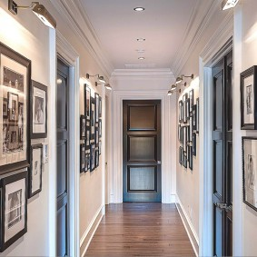 Длинный коридор с фотографиями на стене