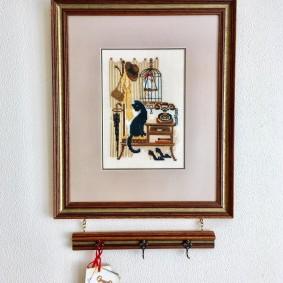 Небольшая картина с крючками для хранения ключей