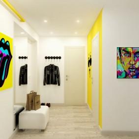 Желтые акценты в белом коридоре