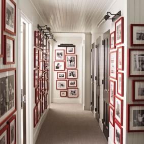 Домашняя фотогалерея в коридоре трехкомнатной квартиры