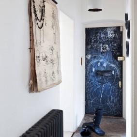 Серая батарея отопления у стены в коридоре