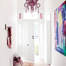 Яркое освещение коридора перед входной дверью