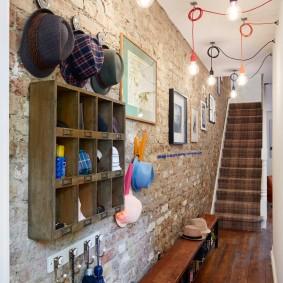 Лампы на разноцветных шнурах в коридоре дома
