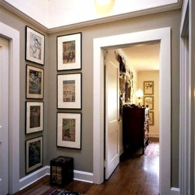 Старинные фотографии на стене в коридоре