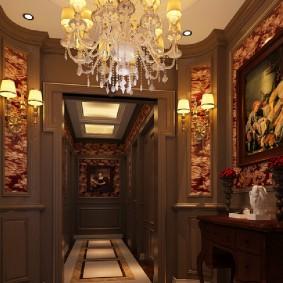 Интерьер коридора с коричневыми стенами