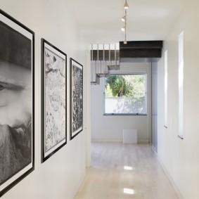 Черно-белые фотографии на стене прихожей