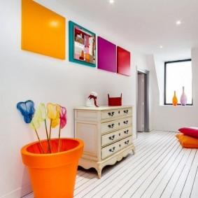 Яркий декор монотонного интерьера коридора