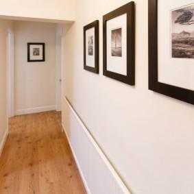 Деревянный пол в коридоре с лестницей