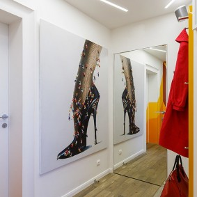 Женская куртка на вешалке в коридоре