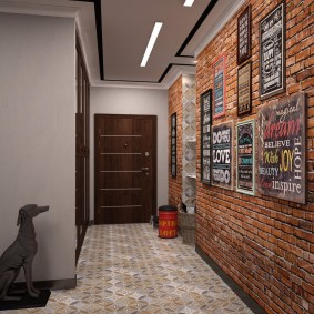 Кирпичная кладка в интерьере коридора