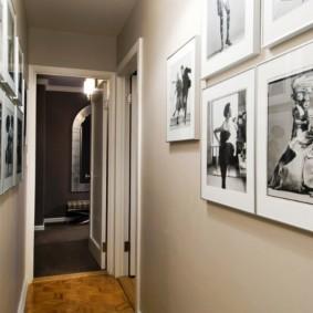 Ретро фотографии на стене прихожей в квартире