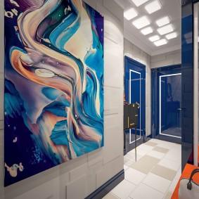 Глянцевые двери в коридоре квартиры