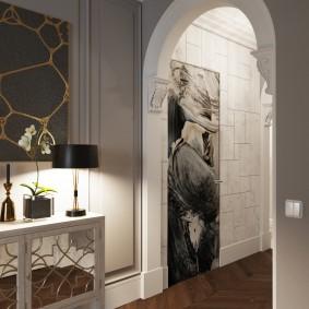 Декор гипсовой лепниной арочного проема в коридоре