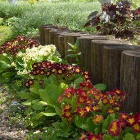 Бортик садовой клумбы из деревянных чурбаков