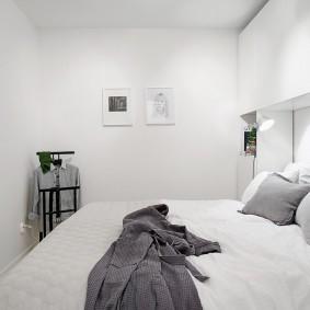Подвесные шкафы над кроватью в спальне