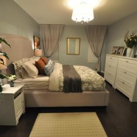 Шторы на стене спальной комнаты без окон
