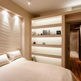 Декоративная подсветка в нишах стены в спальне