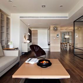 Решетки вентиляции на потолочной балке в гостиной