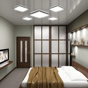 Узкие полочки с подсветкой в спальне