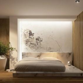 Широкая кровать на низком основании