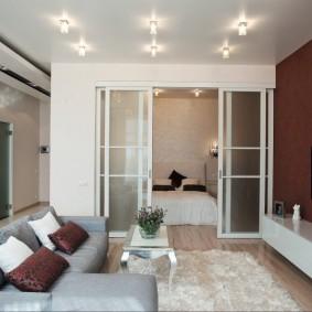 Раздвижные двери между спальней и гостиной комнатой