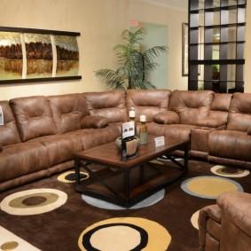 Угловой диван с кожаной обивкой