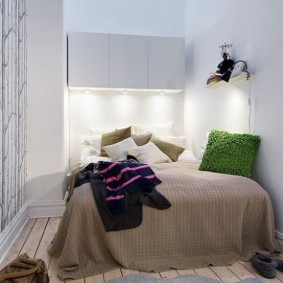 Зеленая подушка на кровати в спальне