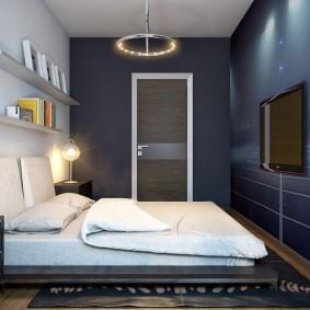 Темно-синие стены в уютной спальне