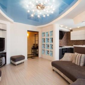 Глянцевый натяжной потолок в гостиной комнате