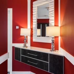 Красные стены в коридоре квартиры