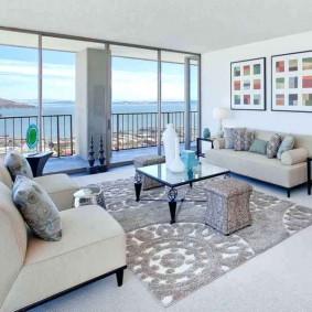 Панорамное окно в гостином помещении
