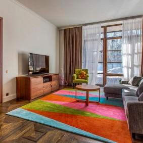 Разноцветные треугольнике на искусственном ковре