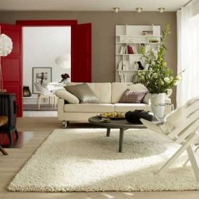 Однотонный ковер в интерьере квартиры