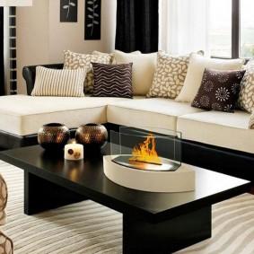 Черный столик на белом ковре