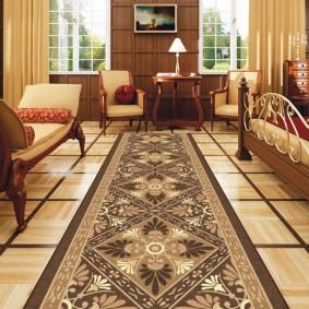 Длинная ковровая дорожка в зале