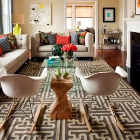 Два дивана в комнате с камином