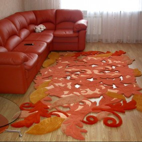 Красный диван с обивкой из эко-кожи