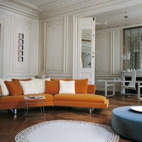 Яркий диван в интерьере классической гостиной