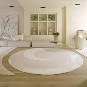 Белый ковер круглой формы в очень светлой комнате