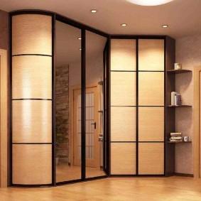 Комбинированный шкаф в просторной прихожей