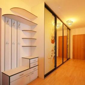 Длинный коридор с мебелью встроенного типа