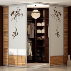 Гардеробная комната с раздвижными дверцами